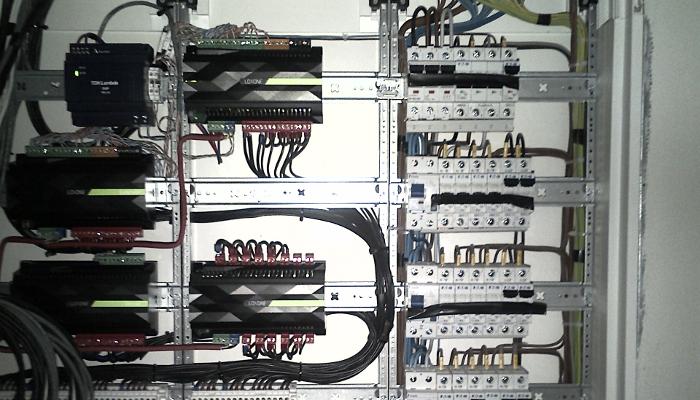 Foto jednoho ze 2 rozvaděčů s instalovanými prvky Loxone na DIN liště.